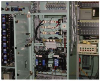 製品輸送時の振動によるゆるみが常に発生し設置後も制御端子盤特有の微振動によるゆるみが日常的に発生していた