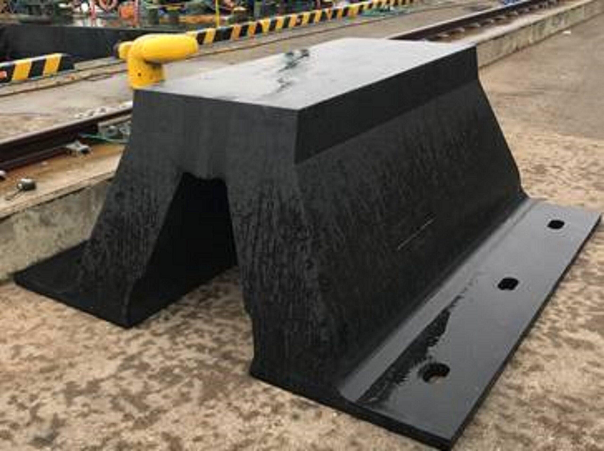 港湾防 ゆるみ箇所:岸壁と防舷材の接合部