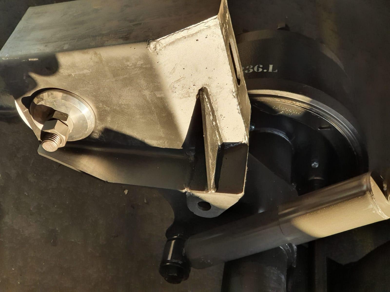 トレーラーエアサスペンション  ゆるみ箇所:ショックアブソーバーの締結、スプリングハンガーとリーフスプリングの締結、Uボルトの締結