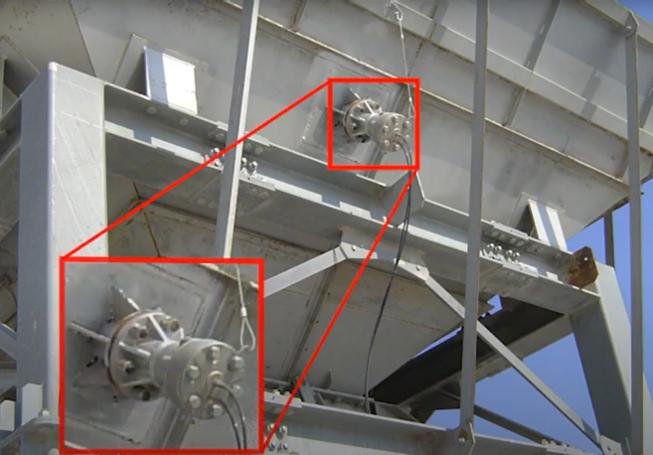 リレーノッカー 緩み箇所:リレーノッカー本体とベースプレートの固定