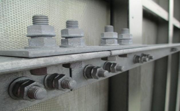 高速鉄道の防音壁 ゆるみ箇所:防音壁のアンカー部と防音パネル締結部