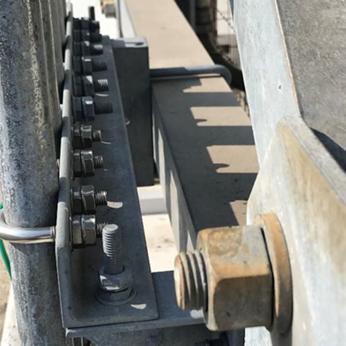 高速道路ETCレーンのケーブル配管固定 ゆるみ箇所:Uボルトの固定箇所